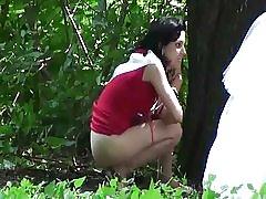 Spion brunette utendørs