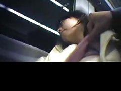 Pervers på toget berører japansk jente boob