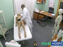 Fakehospital hot jente med store pupper blir leger behandling