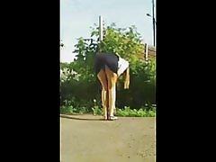 Attraktiv jente bøyer rett over i miniskjørt
