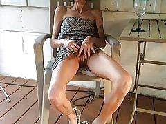 Mager kone viser hennes fitte etter et glass vin