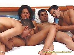 Orgie av dame og biseksuelle hunks