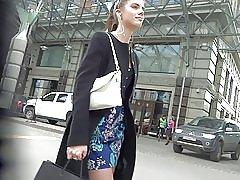 Søt jente i kort kjole strømper upskirt