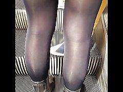 Sexy jente i svært skinnende svart ugjennomsiktige strømpebukser