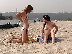 Nudiststrand bringer best ut av to varme tenåringer