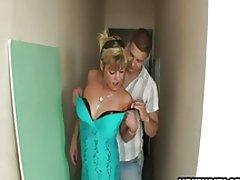 Amatør husmor knullet av 2 gutter i en korridor