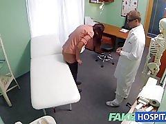 Fakehospital kort håret hottie har ingen forsikring